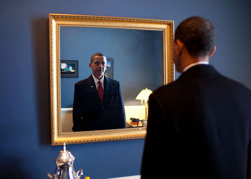 800px-Barack_Obama_takes_one_last_look_in_the_mirror,_before_going_out_to_take_oath,_Jan._20,_2009